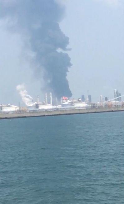 六輕廠起火,遠處可見竄至天際的濃煙。圖/民眾提供
