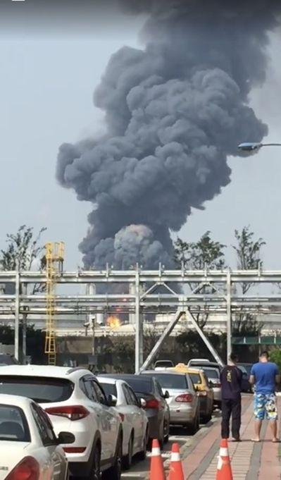 六輕廠起火,由外可見竄至天際的濃煙。圖/截自蘇治芬臉書