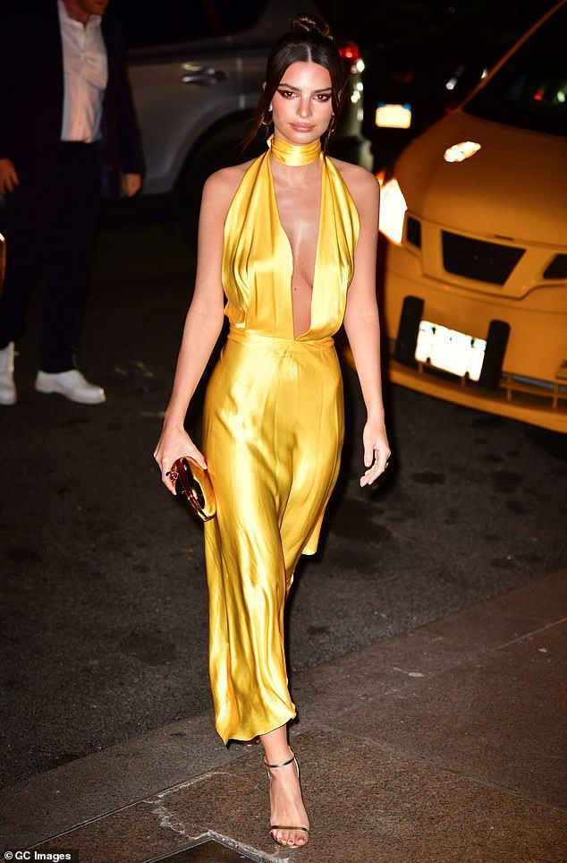 性感女模Emily Ratajkowski的一身黃色深V禮服驚艷四座,吸引了眾多...