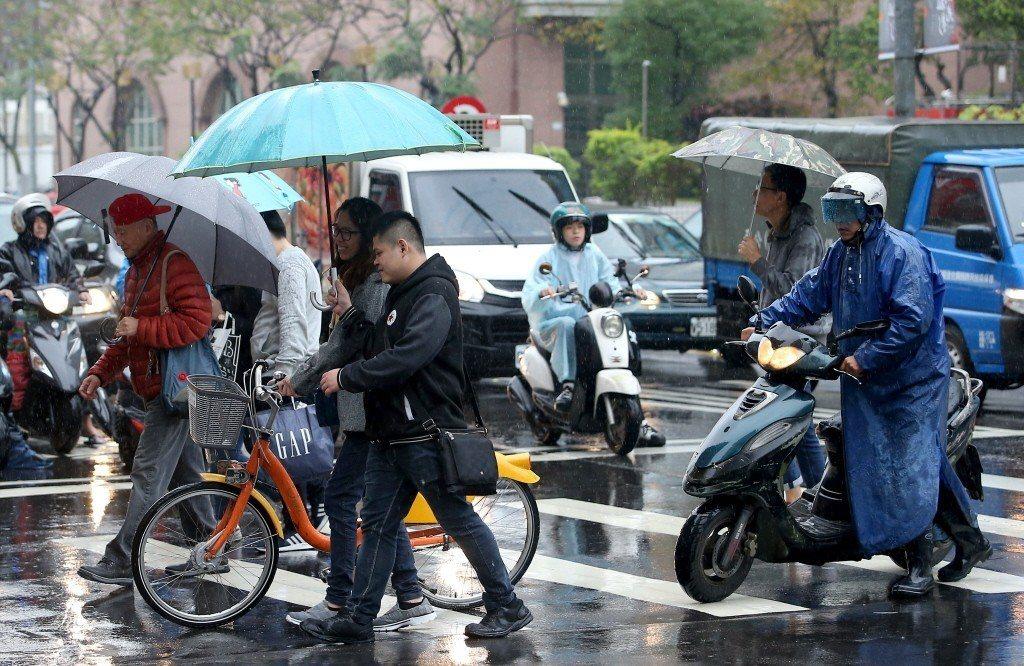 氣象局提醒,下周三鋒面通過、東北風稍增強,北台灣天氣稍轉涼,高溫25至28度間。...