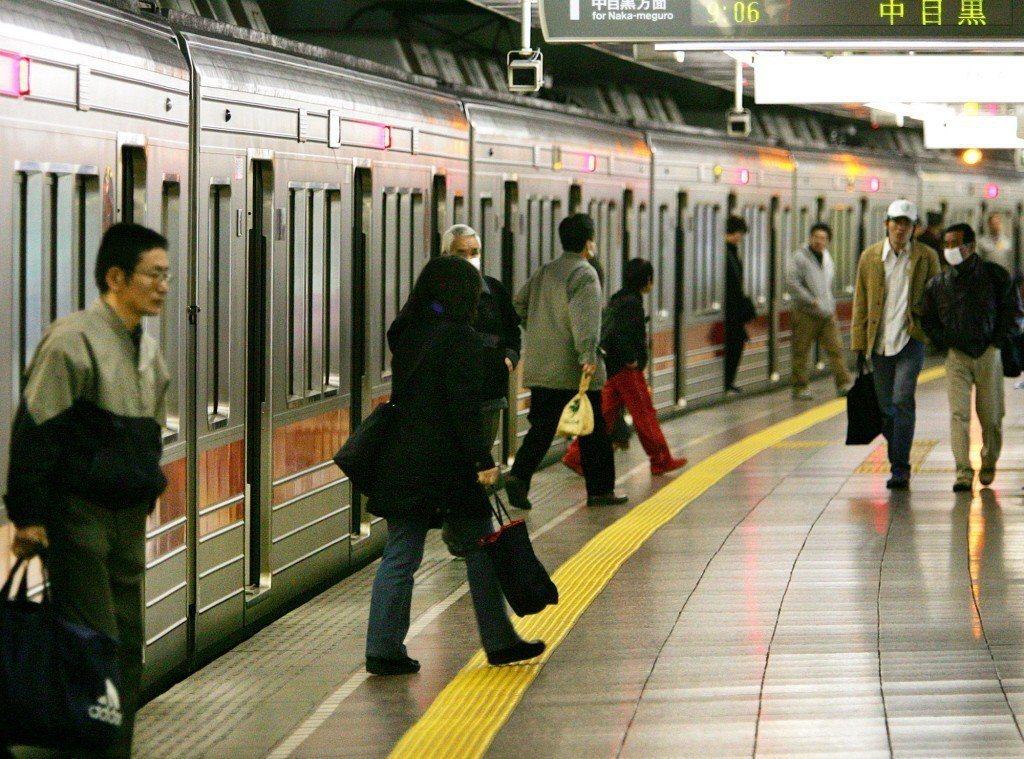 東京的鐵道路線四通八達,沿線成為購屋租屋時熱門首選。圖為東京地鐵築地站月台。 (...
