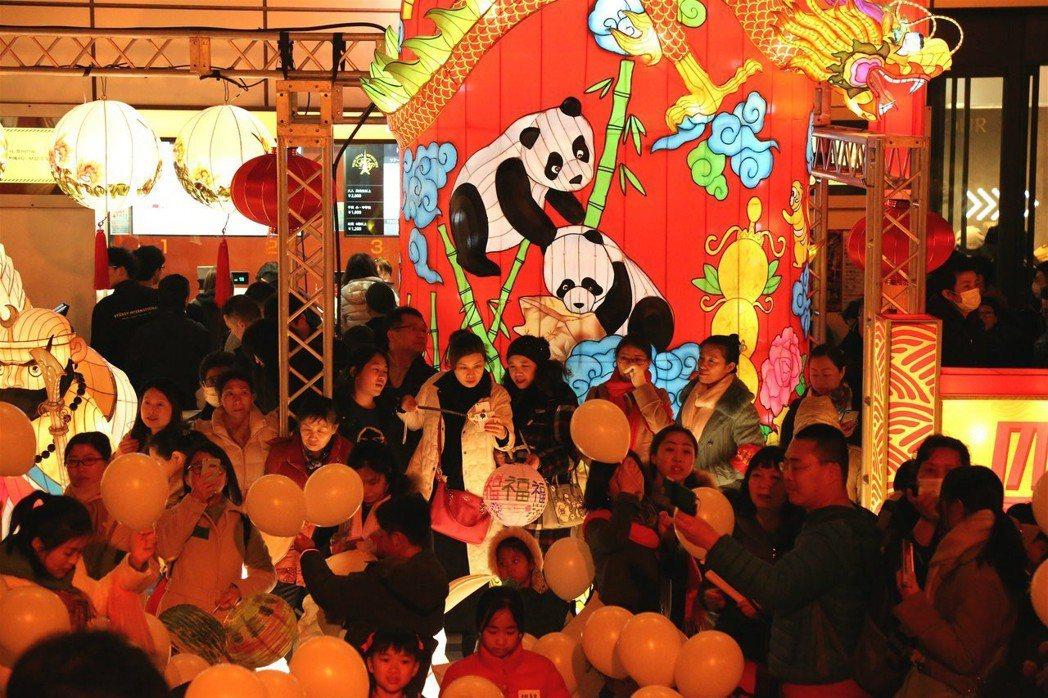 日本著名地標性建築東京塔布置來自四川自貢的彩燈,吸引遊客駐足。 (中新社)