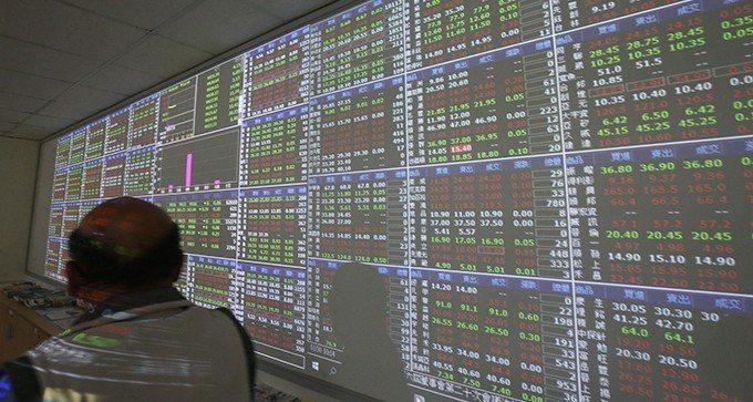 台股開高走低,終場收盤由紅翻黑指數下跌35點,收在10,962點。 聯合報系資料...