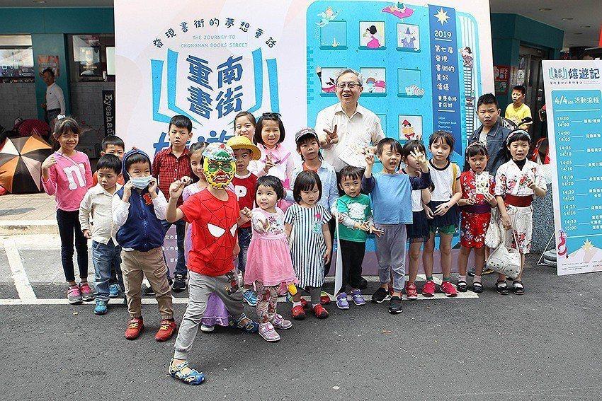 超多超萌卡通人物準備一起踩街趣。 台北市重南書街促進會/提供