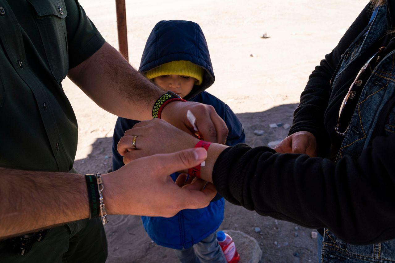 美國政府想用兩年確認與家人分散的移民兒童。 法新社