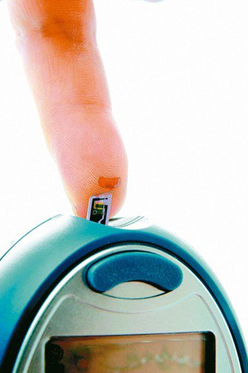 糖尿病患者需天天量血糖,注意血糖變化。 本報資料照片