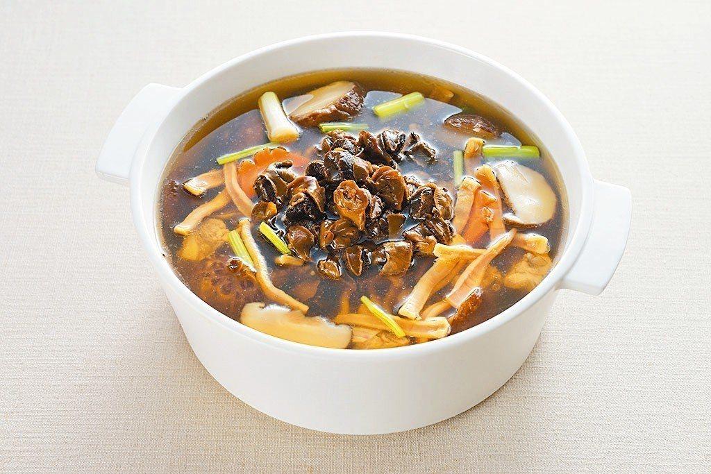 魷魚螺肉蒜鍋。 照片/台北美福大飯店提供
