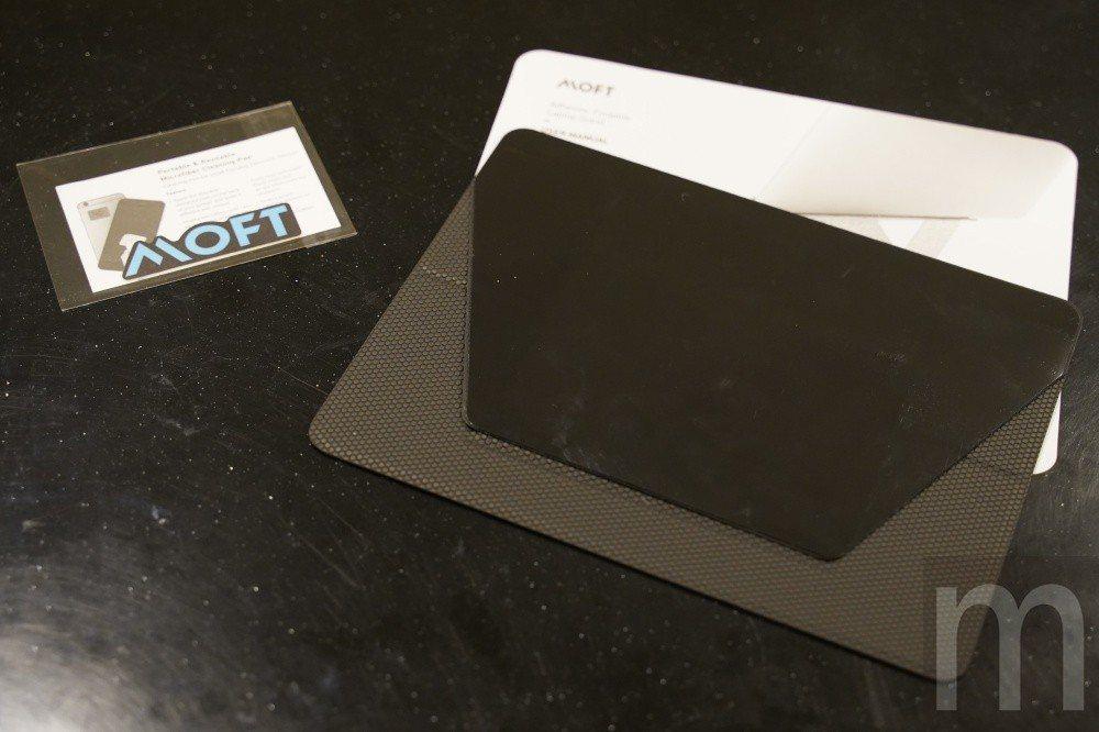 包裝內附配件,包含MOFT筆電支架本體、貼紙,以及相關說明