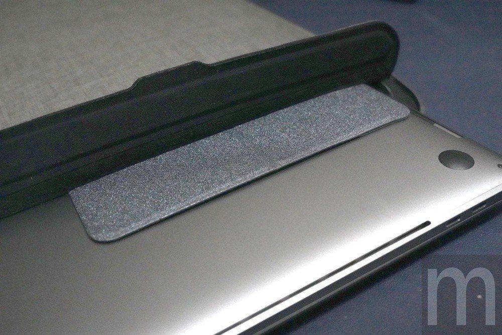 即便放進內部空間相對緊湊的incase筆電保護包也不致於影響收納
