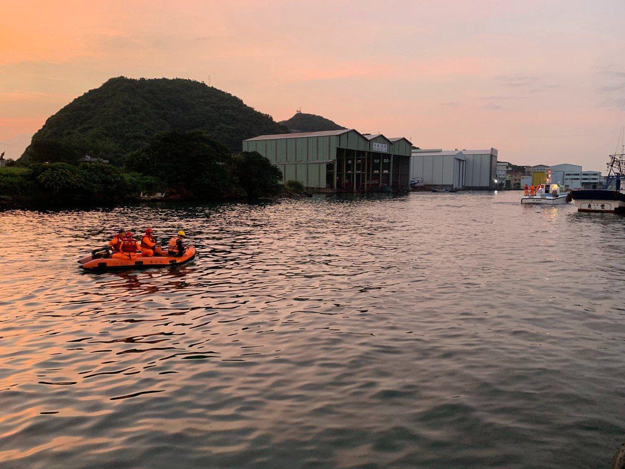 搜救人員在海面上來回搜尋。圖/宜蘭縣消防局提供