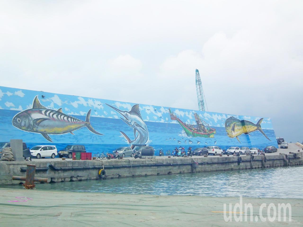 台東富岡漁港防坡堤重新彩繪的牆面,把台東在地魚種及漁業風情重新彩繪上去,民眾看了...