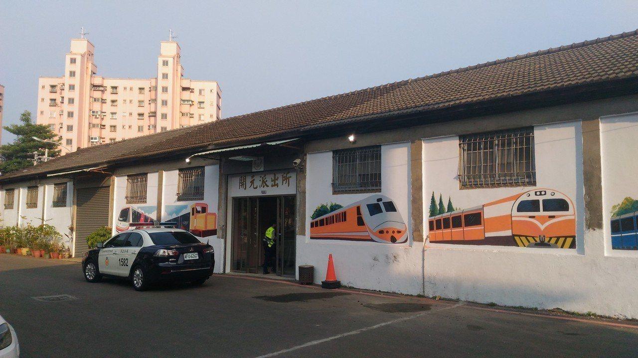 台南市北區開元派出所暫移勝安社區倉庫,外牆有各式彩繪火車。記者黃宣翰/攝影