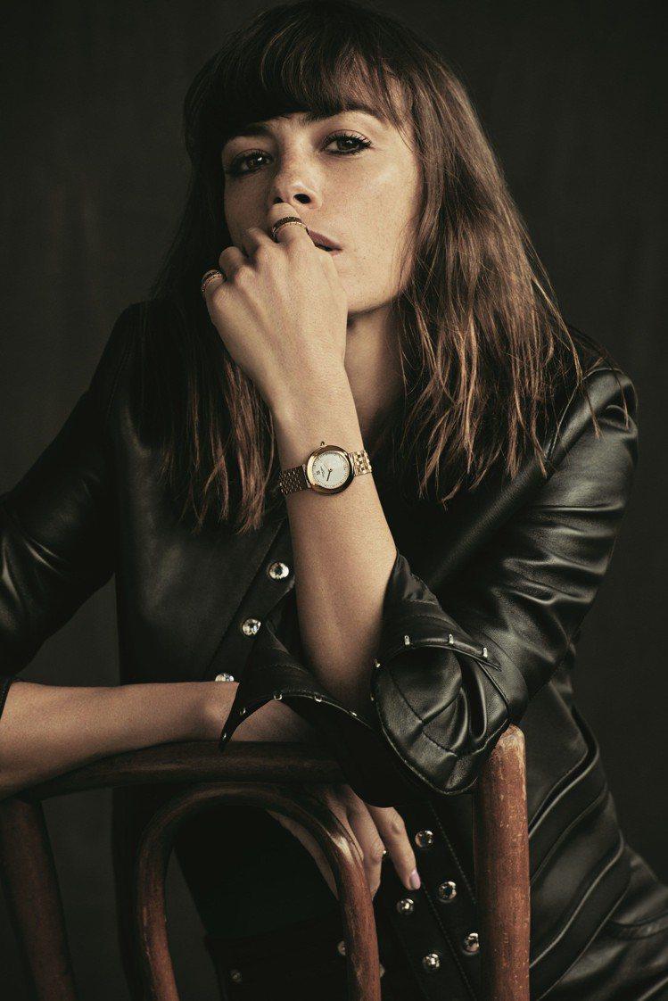 阿根廷女星Bérénice Béjo配戴18K玫瑰金款式Boléro腕表。...