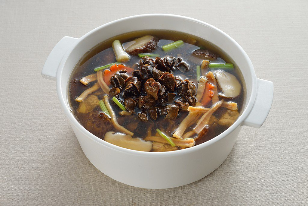 魷魚螺肉蒜鍋。圖/台北美福大飯店提供
