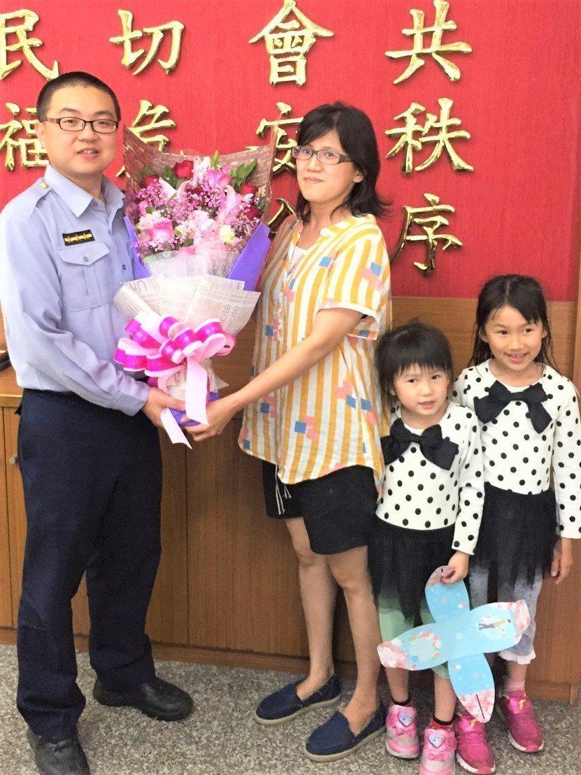 台中市烏日警分局警員姜宏杰(左)前天成功警示急駛中的火車,救下一名企圖臥軌自殺的...