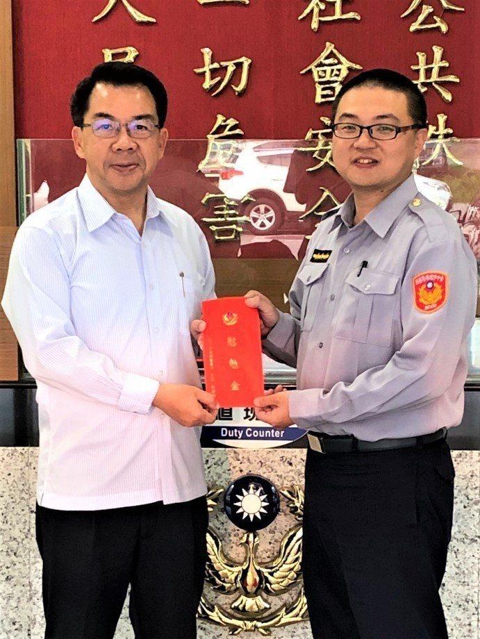 台中市烏日警分局警員姜宏杰(右)前天成功警示急駛中的火車,救下一名企圖臥軌自殺的...