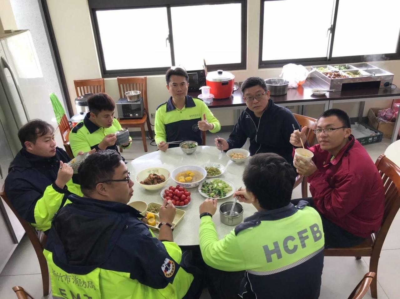消防局表示,多數分隊伙食是外送自助餐,增聘於三個分隊較遠,沒有自助餐外送,就以訂...