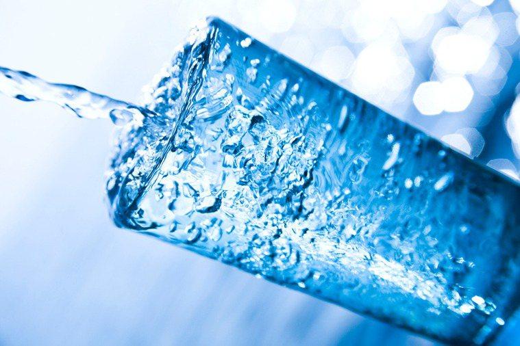燒水使氯氣蒸發而成「三鹵甲烷」會致癌?醫師闢謠表示,微量的氯可忽略不計。圖/in...