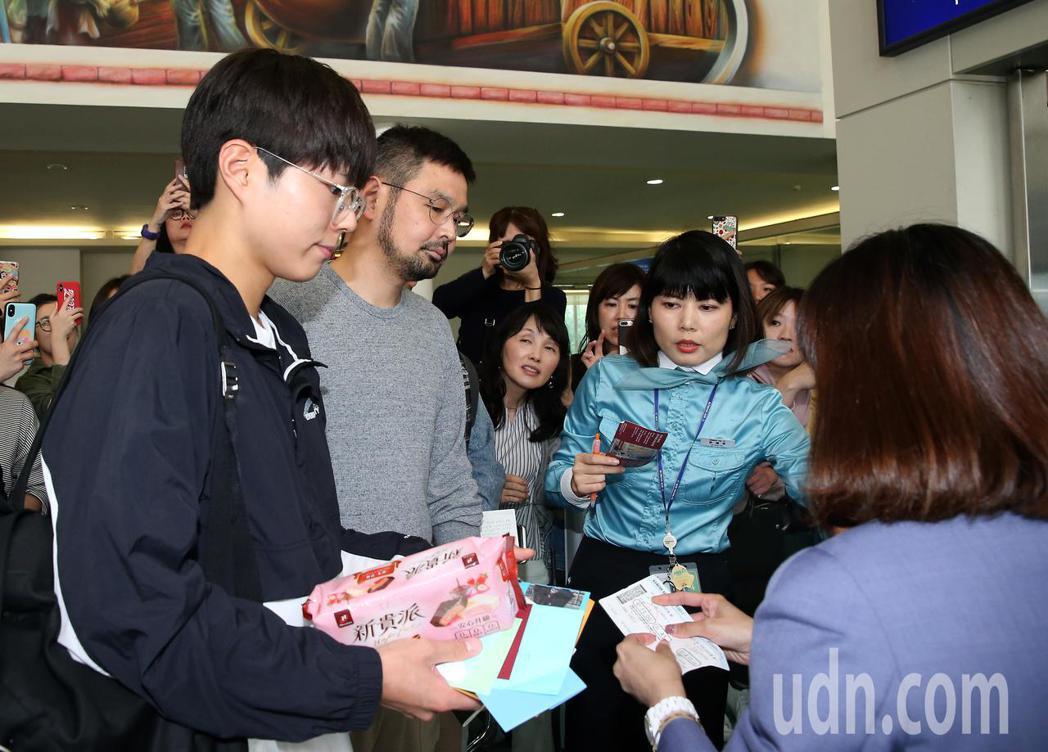 南韓藝人朴寶劍(左)結束在台灣的訪問行程,7日中午搭機離台,大批粉絲聚集空橋門口...