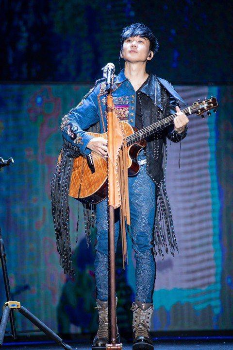 林俊傑以每周1場的場次在大陸進行「聖所2.0」世界巡演,昨在蘇州開唱,他一開場就用蘇州話「我歡喜倷(我愛你)」告白,引發3萬名觀眾瘋狂尖叫。他一連獻唱「那些你很冒險的夢」、「學不會」、「小酒窩」等多...
