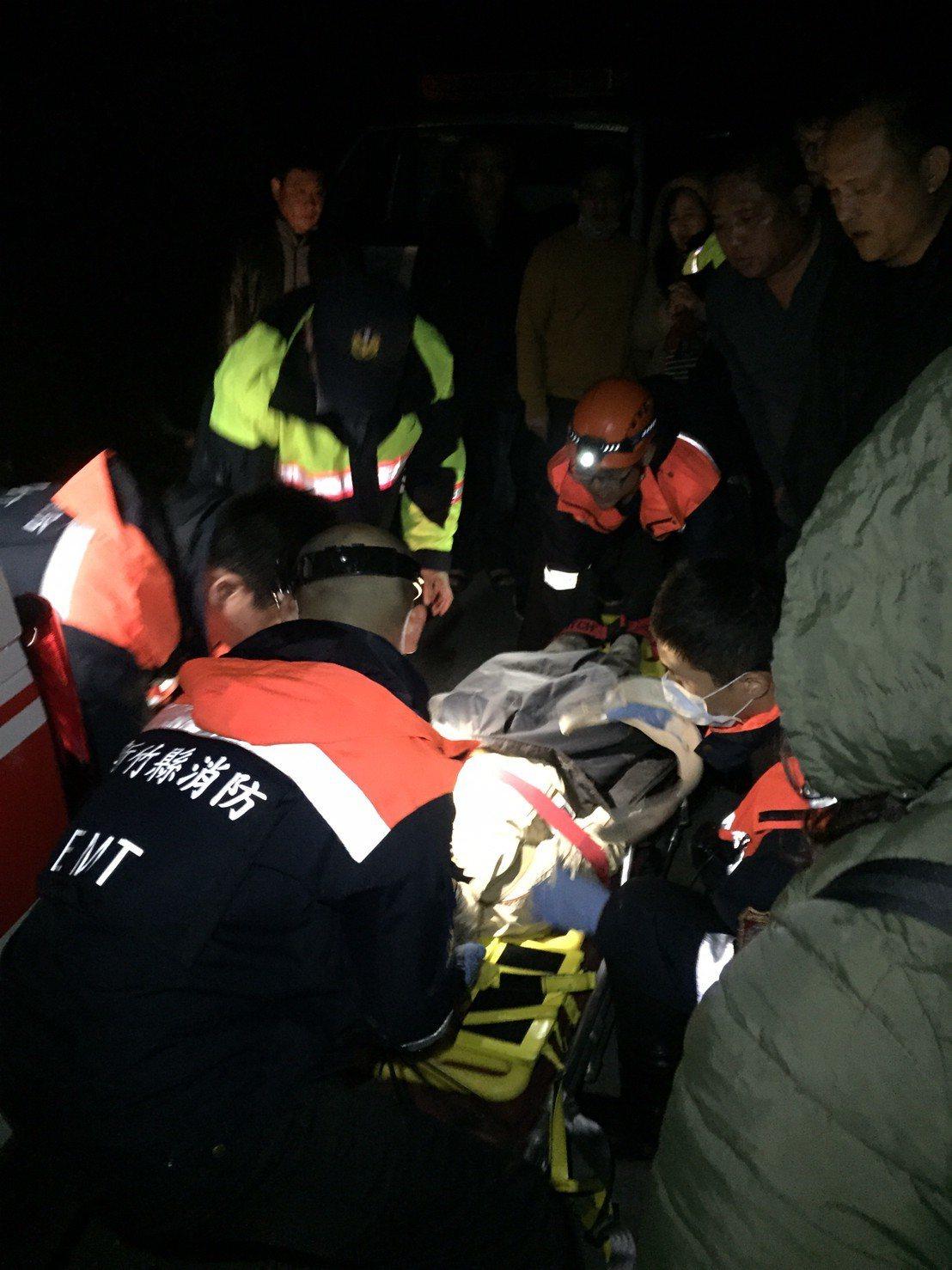 新竹縣尖石鄉昨天深夜傳出民眾墜崖意外。圖/竹縣消防局提供