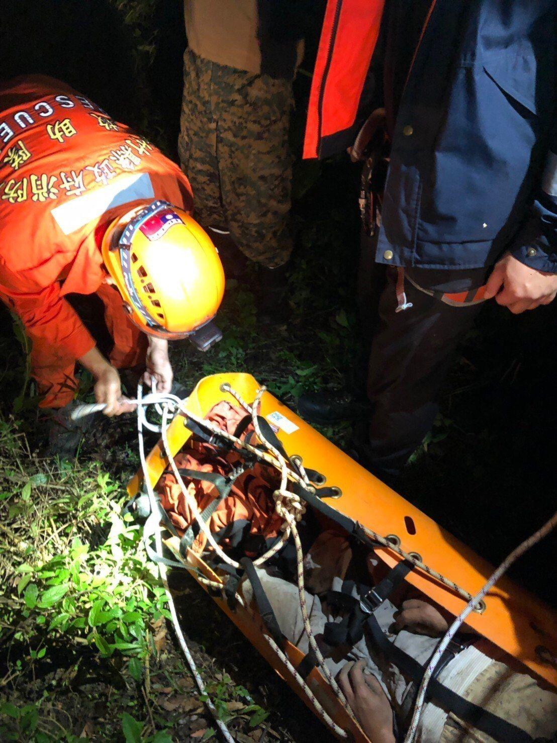 為了搶時間,消防員還棄陸路改走水路,水深一度及大腿,搬運2個小時終於順利將傷者救...
