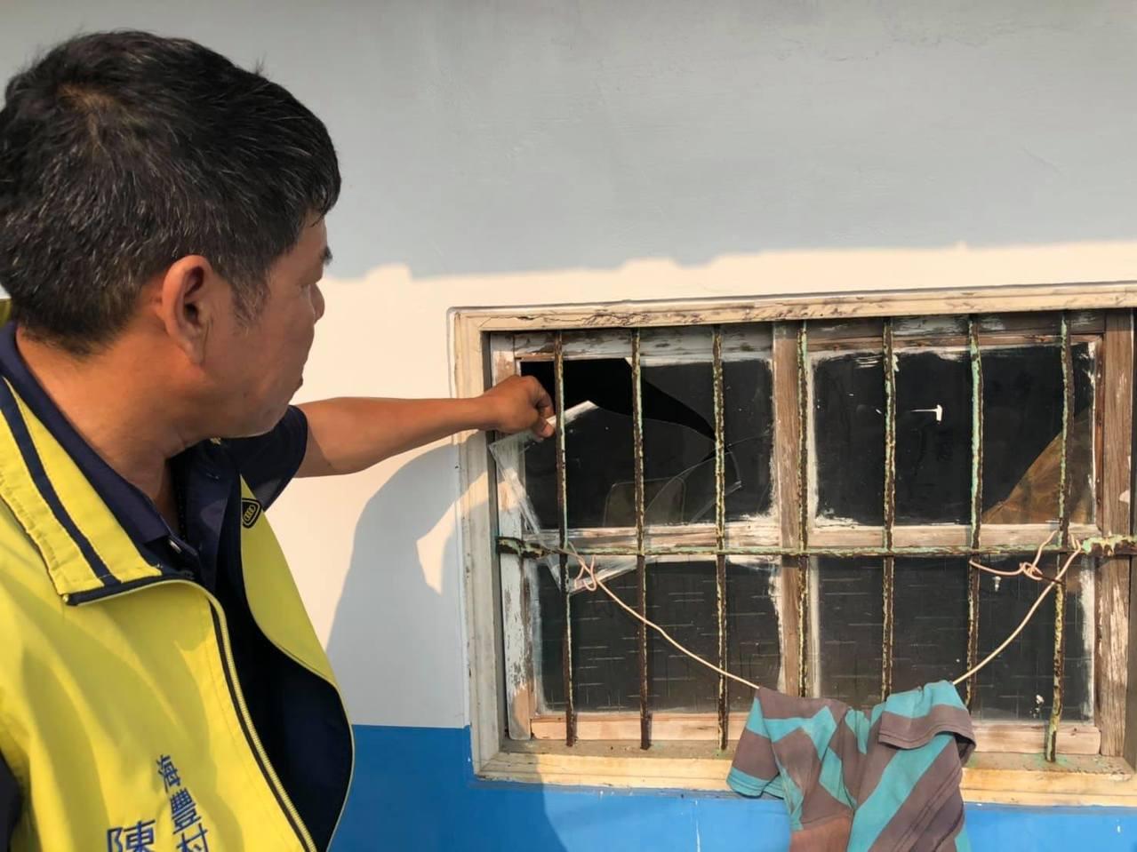 居民住家玻璃破裂。記者李京昇/攝影