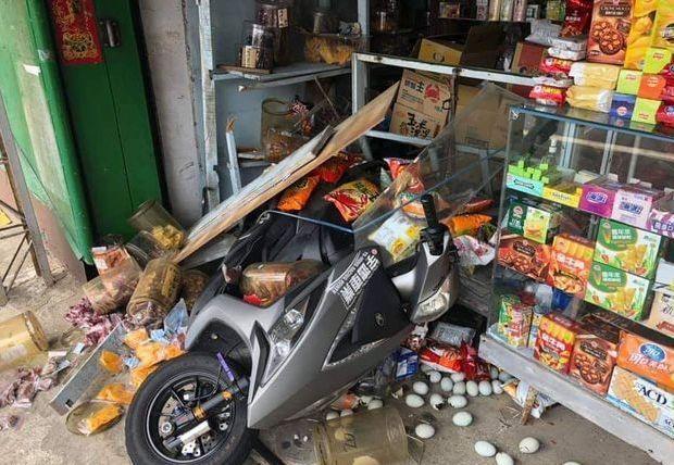 在嘉義縣中埔鄉台三線大彎道路邊「阿婆灣柑仔店」,中午遭一輛普通重機車衝撞,撞破玻...