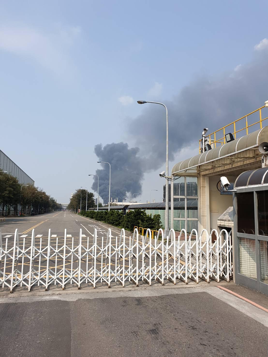 六輕氣爆直到下午仍濃煙密佈。記者蔡維斌/翻攝