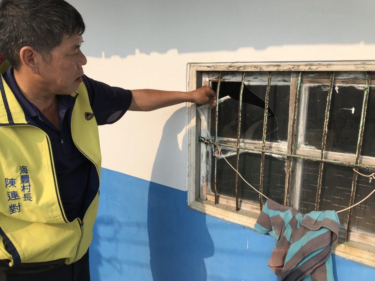 有撤離的村民不忍住家受損再趕回家查看,發現玻璃也都被震破。記者蔡維斌/攝影