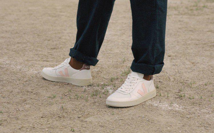來自法國的國民小白鞋品牌今年春夏推出眾多新款式,在細節與標誌性的V logo色彩...