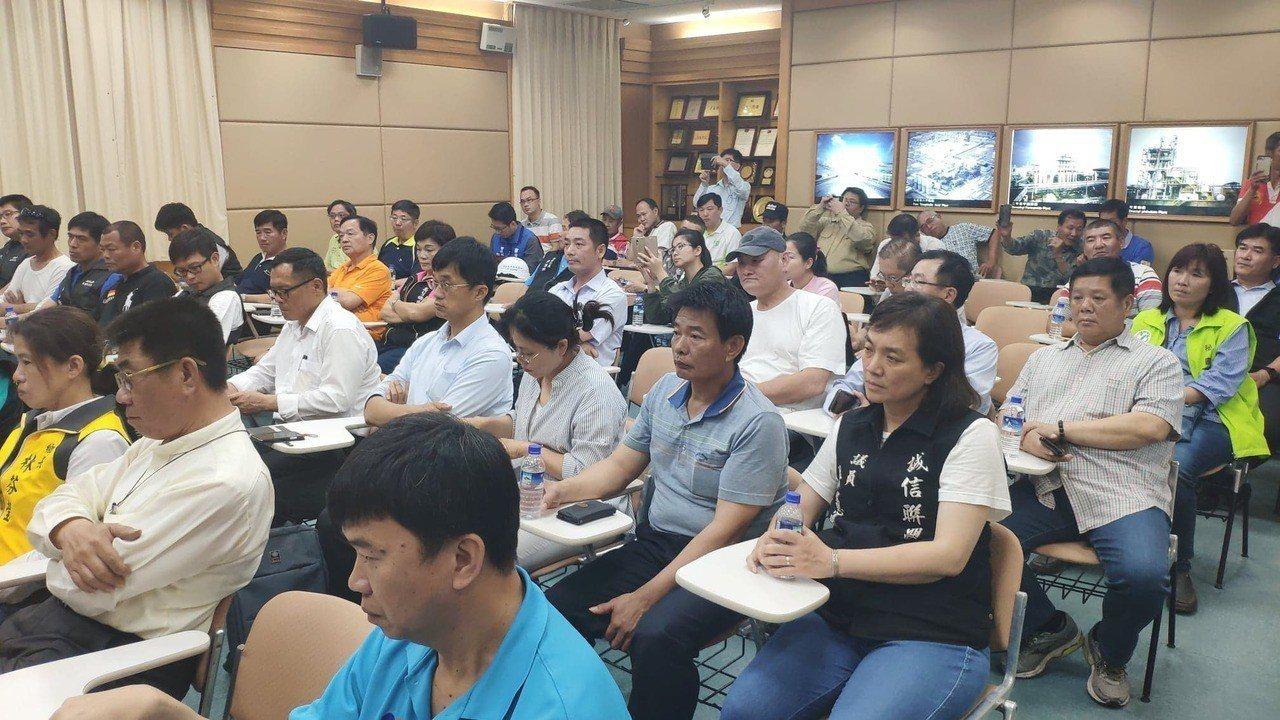 多位縣議員、地方民代與居民到六輕關切災情。記者李京昇/攝影