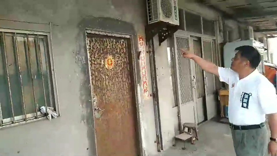 屋子也被震裂。記者蔡維斌/攝影