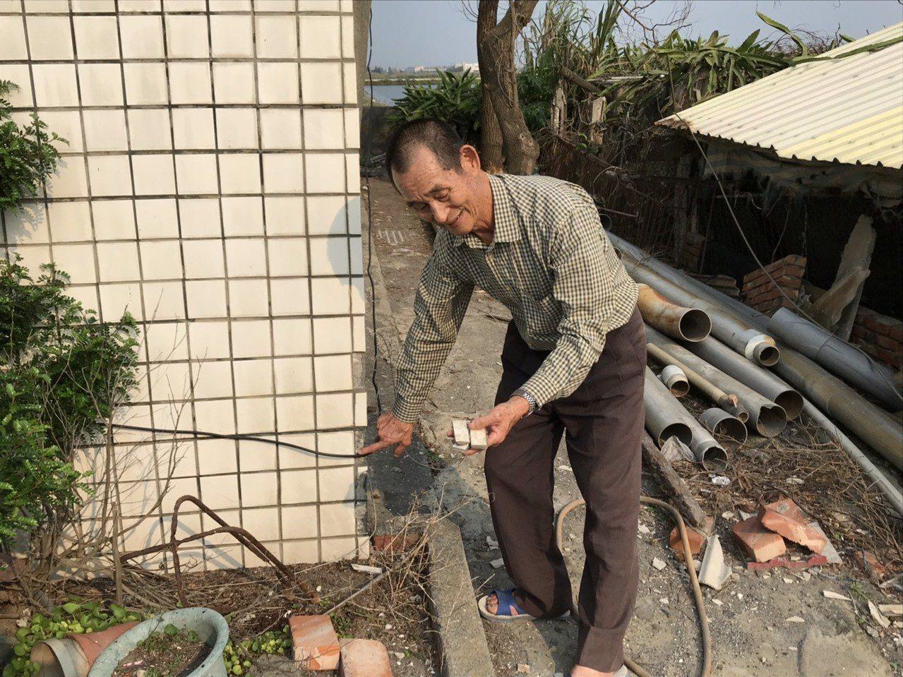 有房子的磁磚被震落。記者蔡維斌/攝影