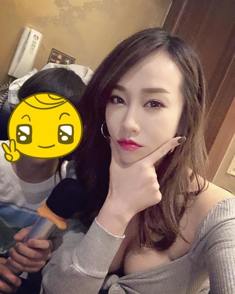 林佩瑤(右)和姪子到KTV飆歌。圖/摘自臉書