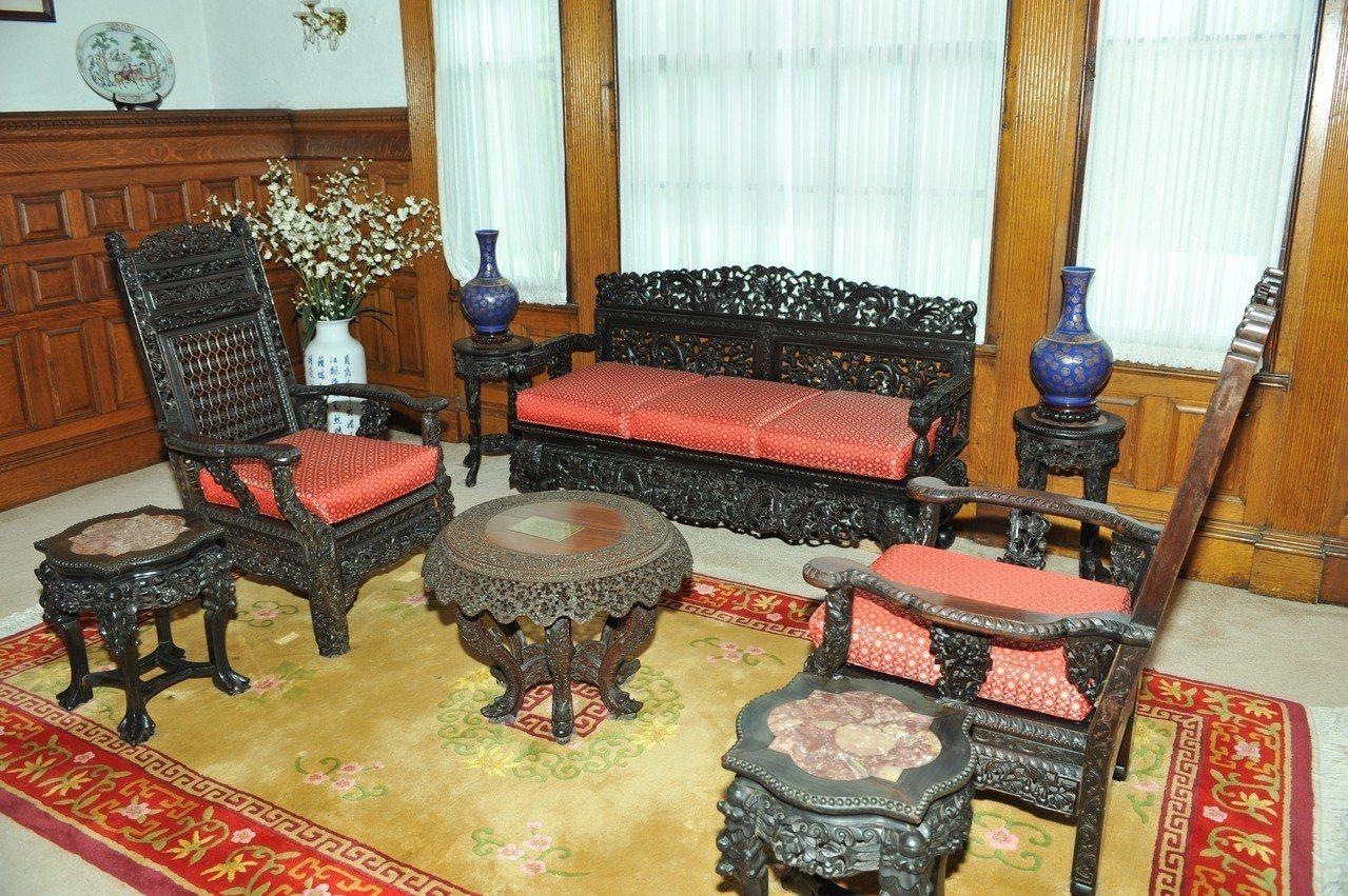 雙橡園一、二樓間夾層的一組紫檀木家具,精雕細琢,相傳慈禧太后於1904年將該組桌...
