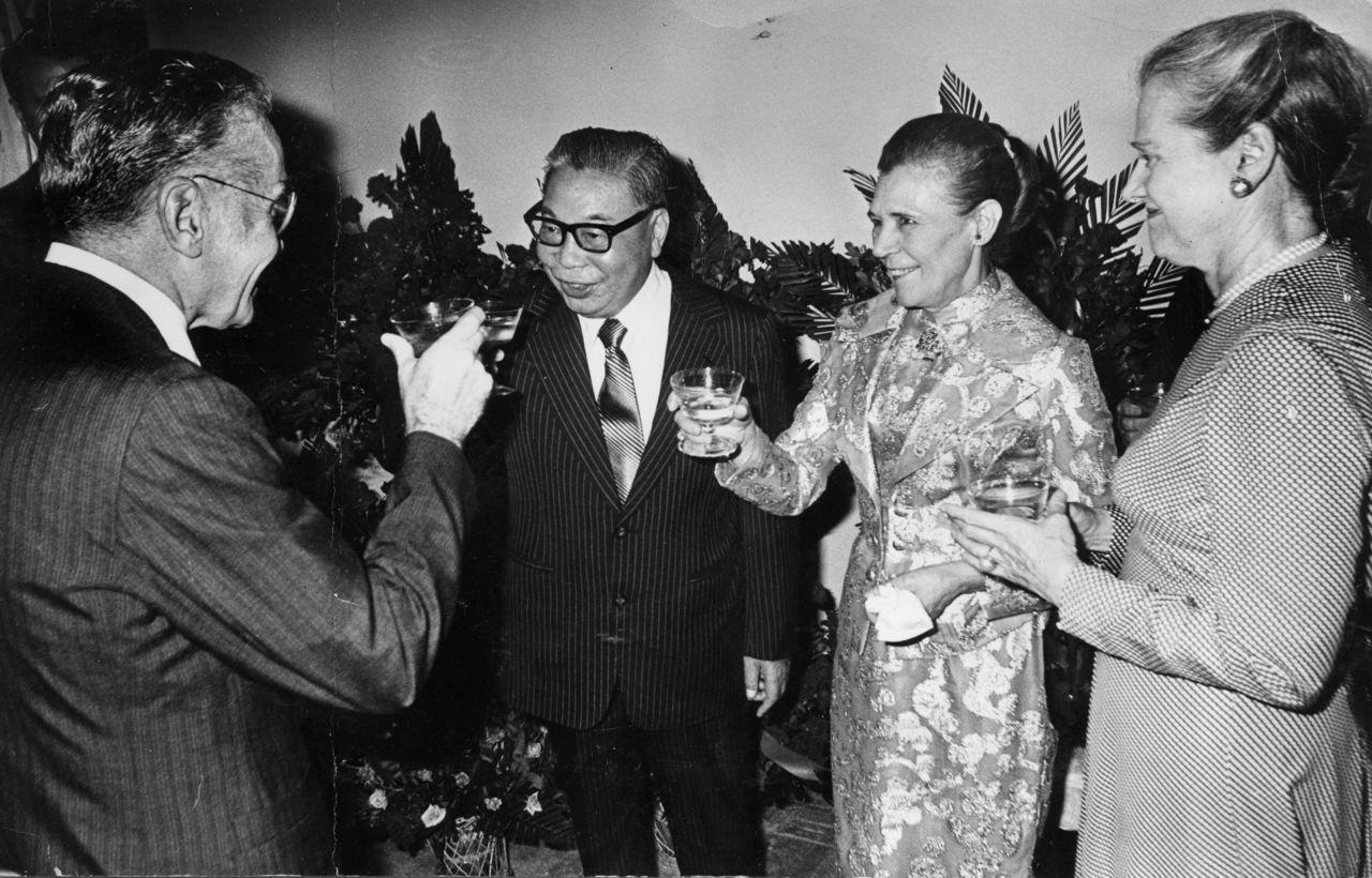 蔣經國在擔任行政院長期間經常接見國會議員、助理訪問團。圖為美國駐華大使安克志(左...