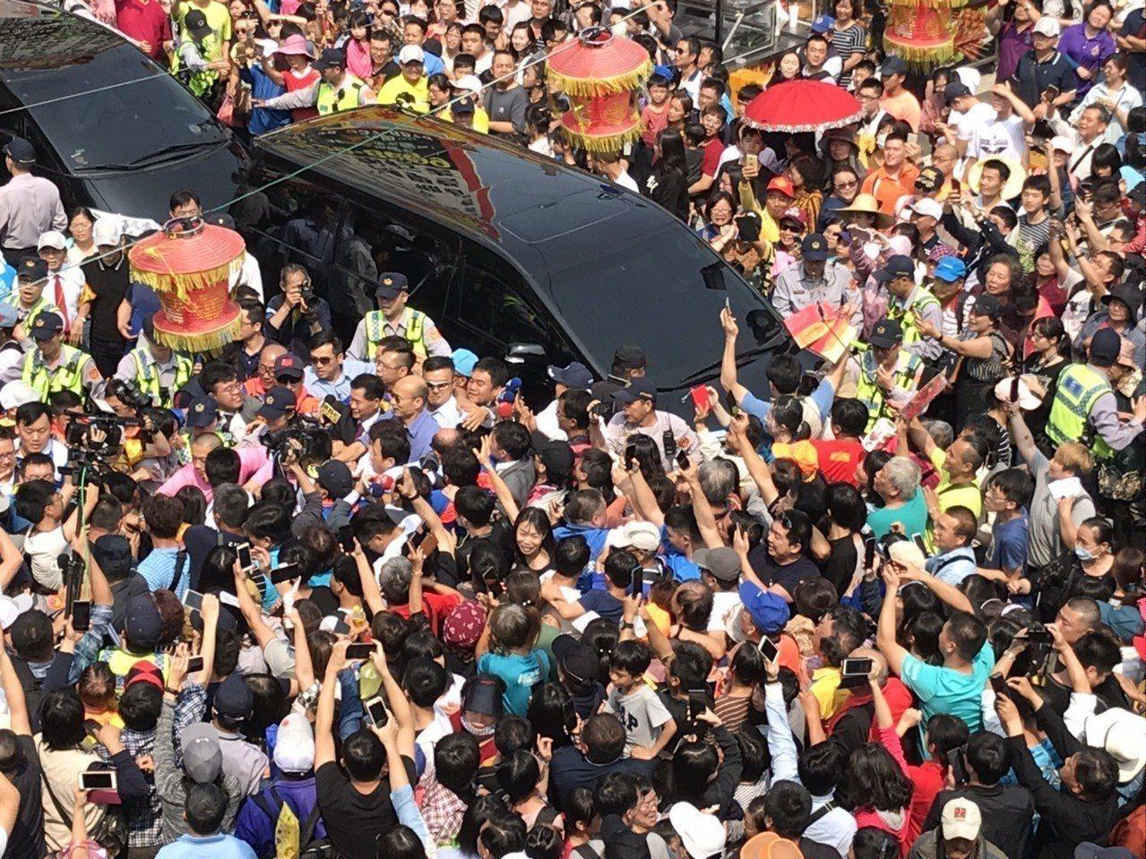 高雄市長韓國瑜被群眾包圍得密密麻麻,幾乎動彈不得。圖/台中巿文化局提供