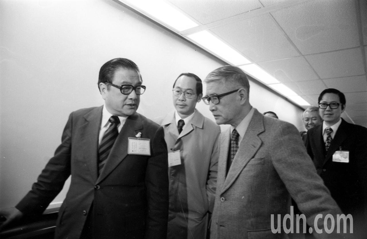 外交部次長楊西崑(前右)在結束對美談判工作後,1979年3月1日返抵台北,外交部...