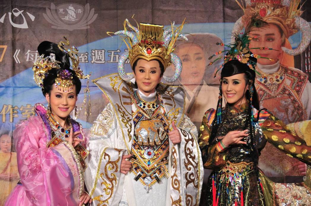 歌仔戲菩提禪心舉行首映記者會,製作人兼演員孫翠鳳(中)和二個女兒陳昭婷(左)、陳