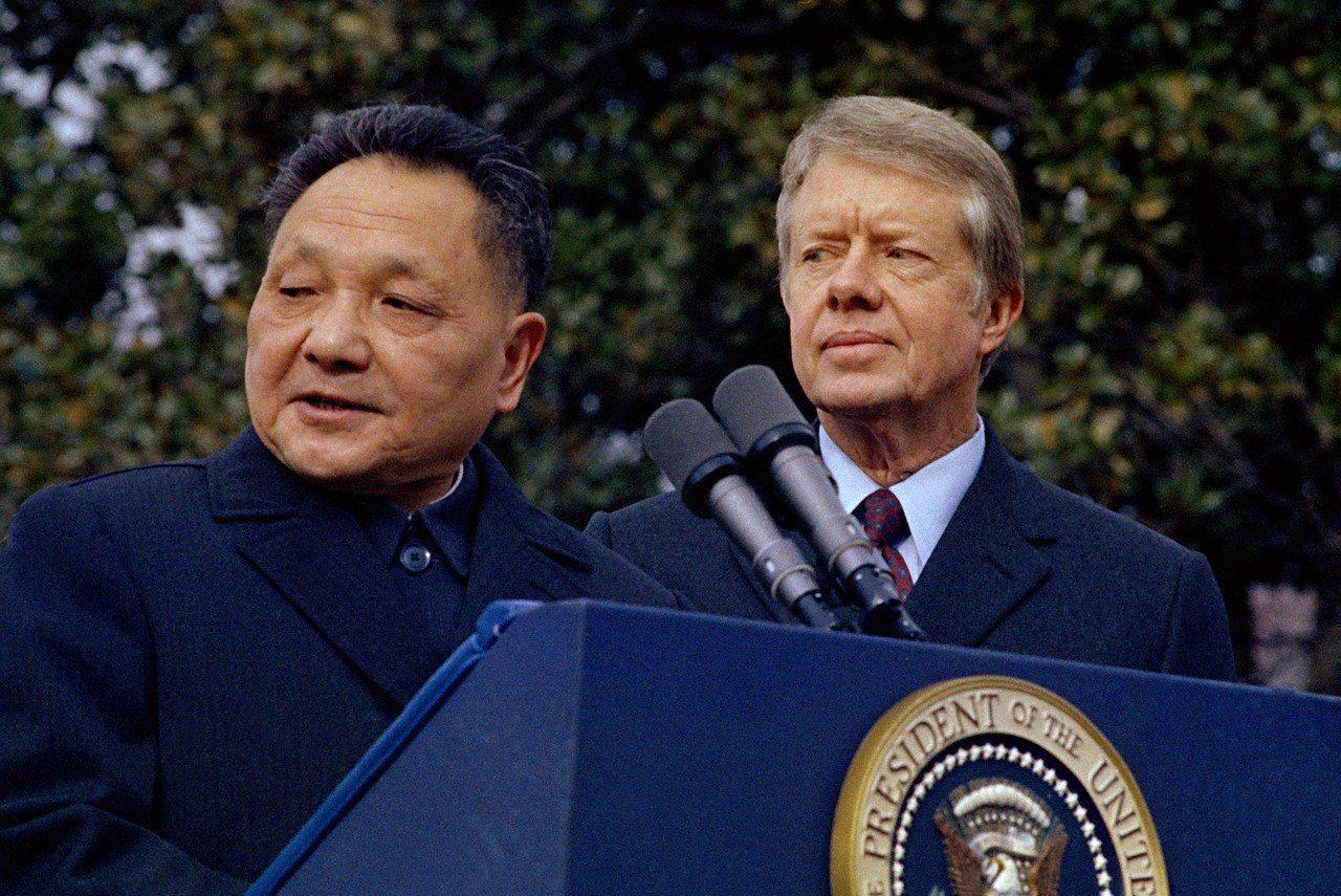 美國總統卡特(右)推動美中在一九七九年一月一日建交,時任中共國務院副總理鄧小平於...
