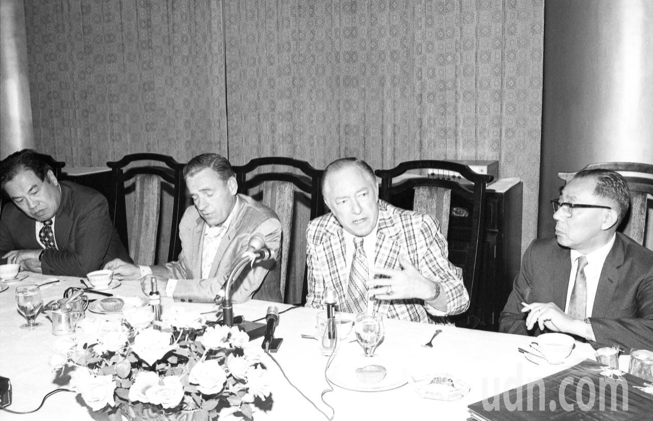 美國眾議員威爾遜(右二)、何華(左二)1975年10月訪台,在圓山飯店舉行記者會...
