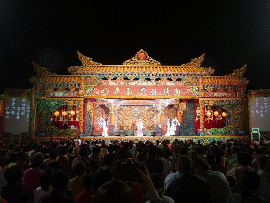 明華園總團演出受歡迎,內門順賢宮廣場滿滿人潮。記者徐白櫻/攝影