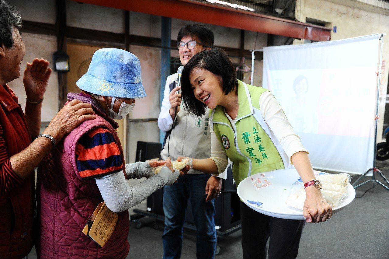 民進黨台南第一選區立委初選競爭白熱化,4位參選人不約而同強打「農業牌」,尋求連任...