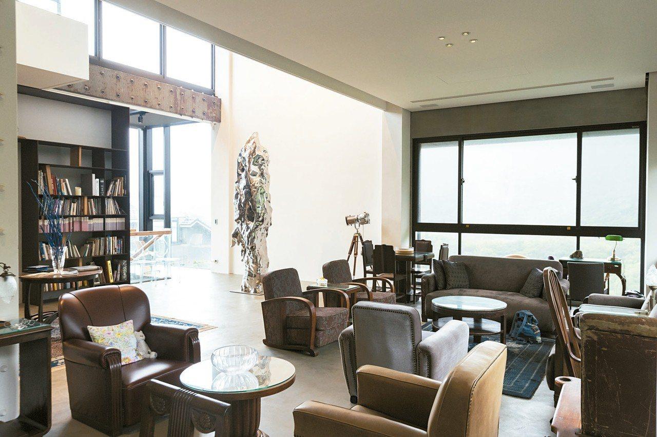展望將代表作「假山石」擺放於萬里的客廳。 記者陳立凱/攝影