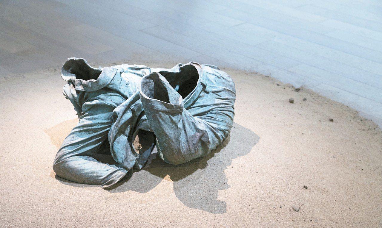 展望透過「中山裝軀殼」表達現代社會的掙扎與空洞。 記者陳立凱/攝影
