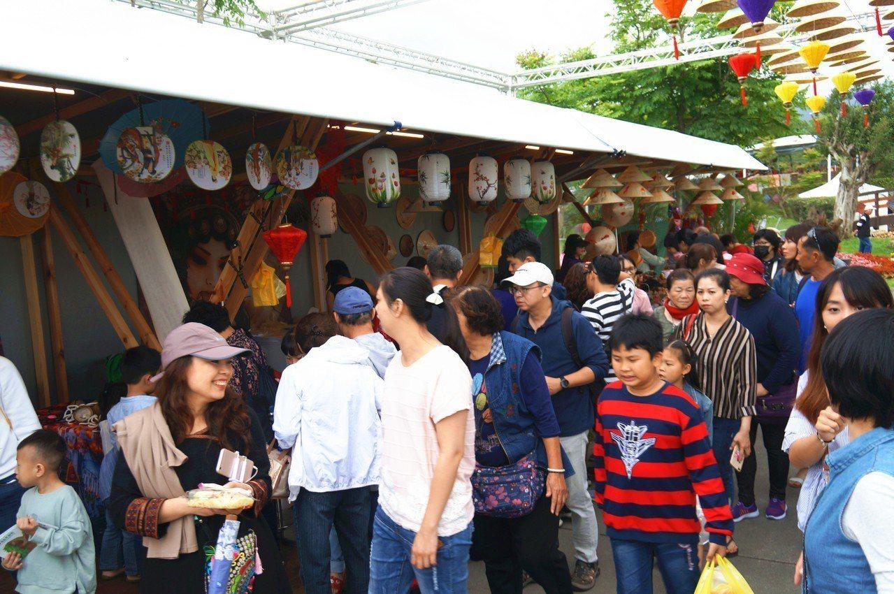 宜蘭綠色博覽會活動在4天連假期間,市集前都是人潮。 圖/縣府提供