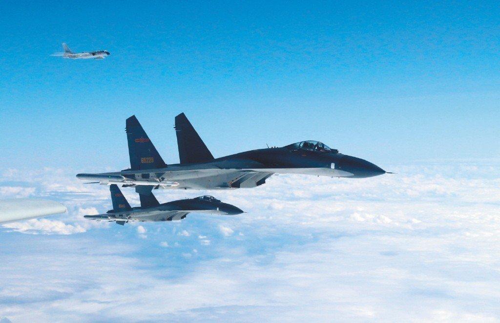 國防部報告指出,共軍對台武嚇已不再隱晦。圖為兩架殲11中共戰機三月飛越台灣海峽中...