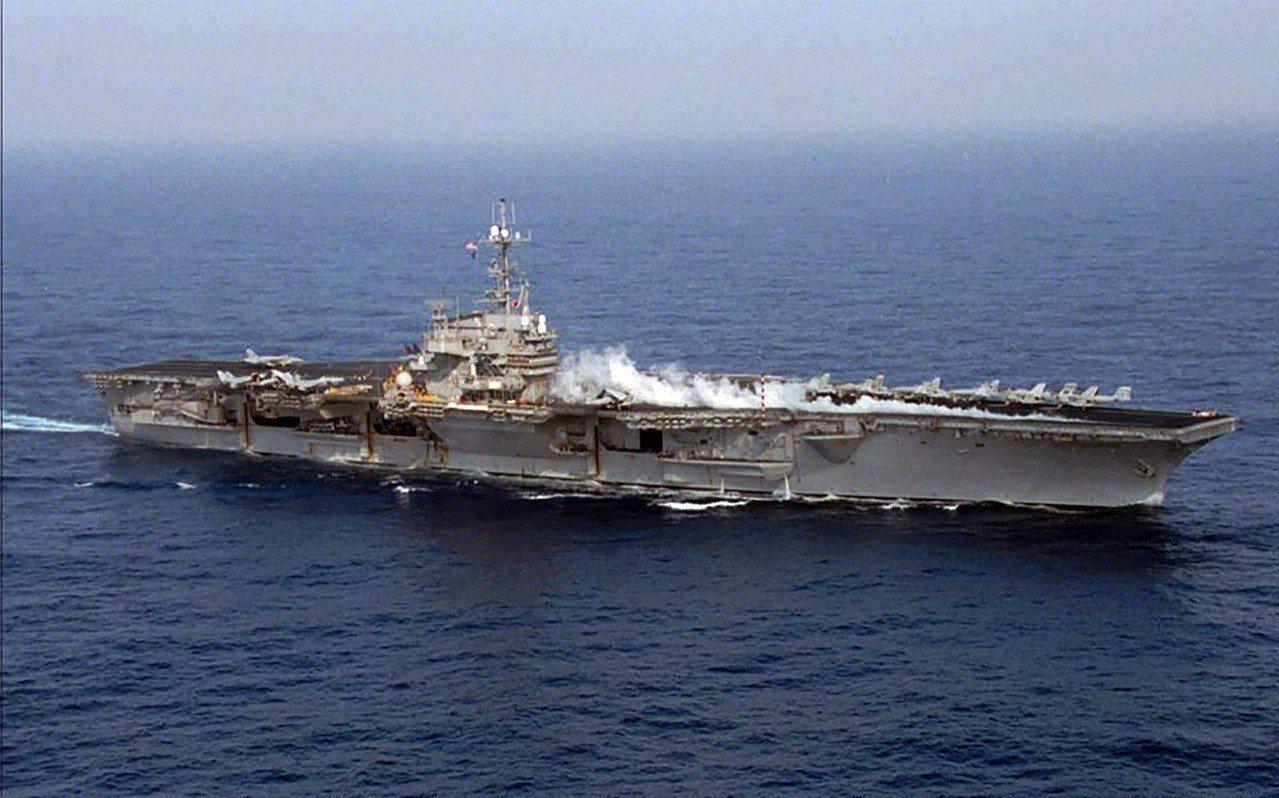 1996年台海危機,美國在台灣外海部署航母戰鬥群。圖/取自美國在台協會臉書