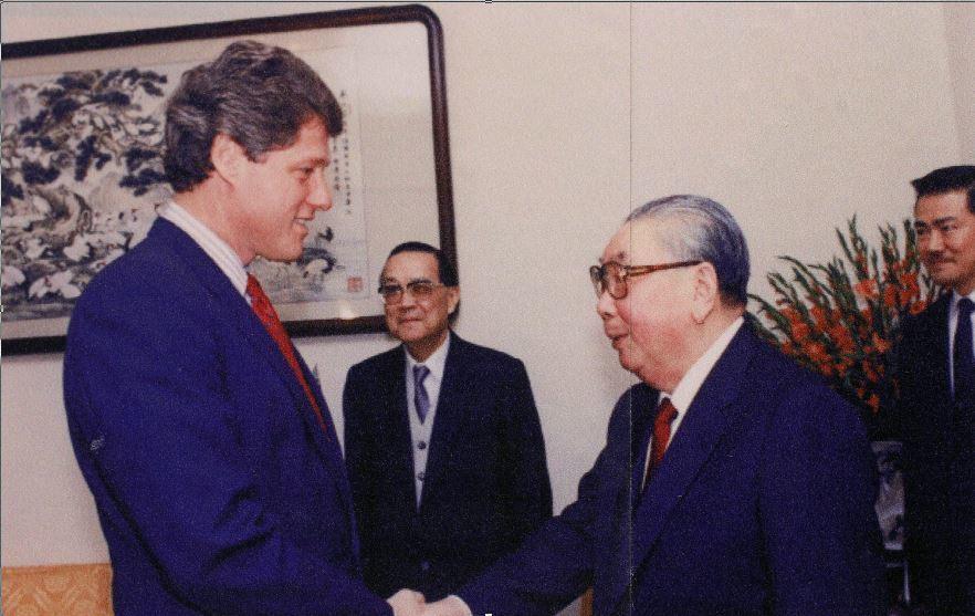 高雄歷史博物館正展出「台灣關係法40周年特展」,圖為1986年時任阿肯色州長的前...